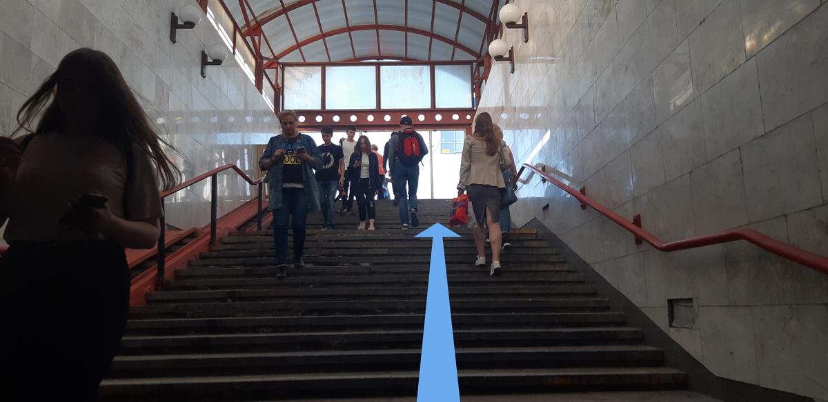 Вверх по лестнице на улицу